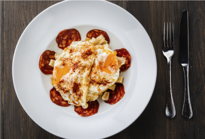 plato huevos rotos con chorizo Ibérico